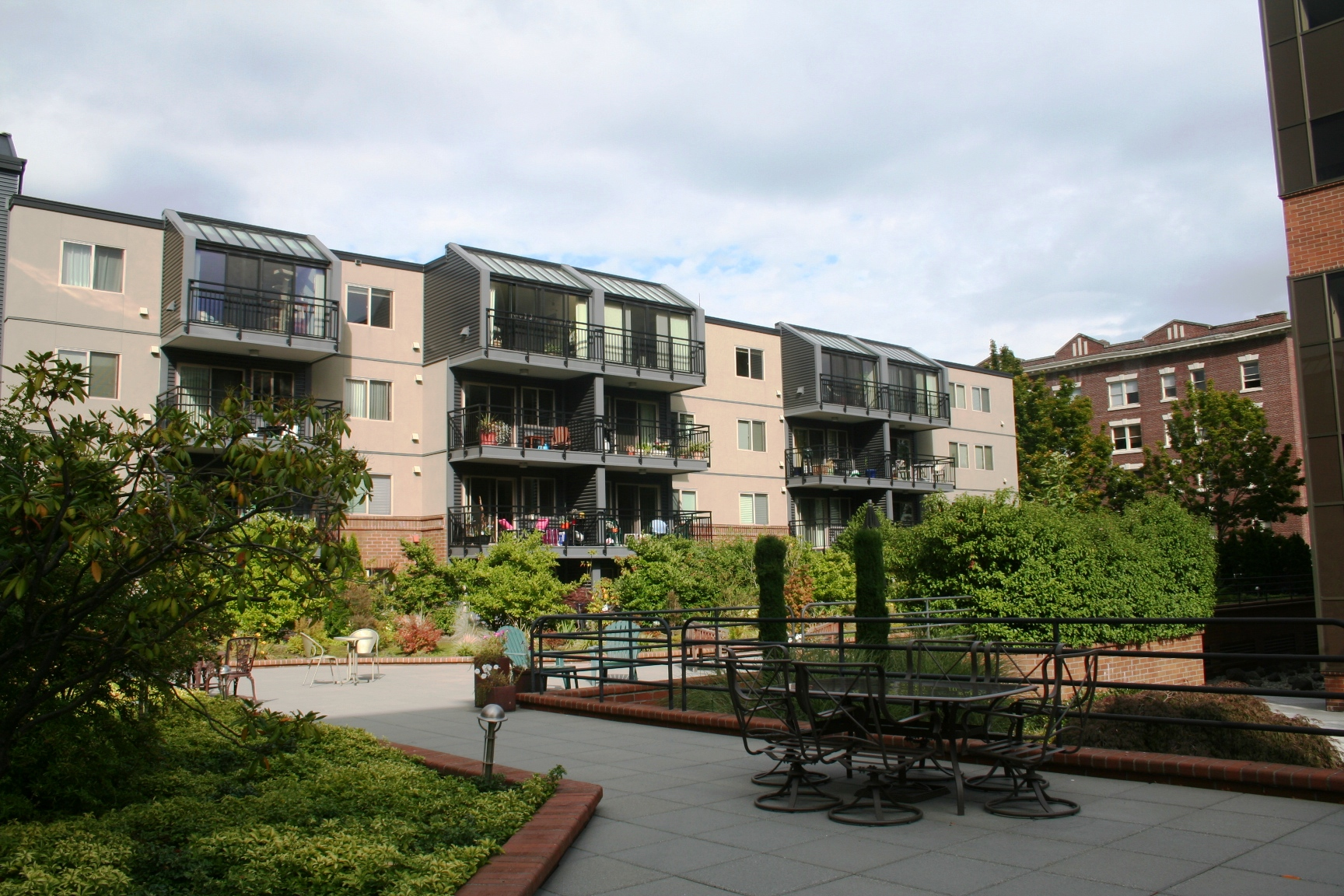 Photos courtyard at queen anne square - Portal entree ownership ...